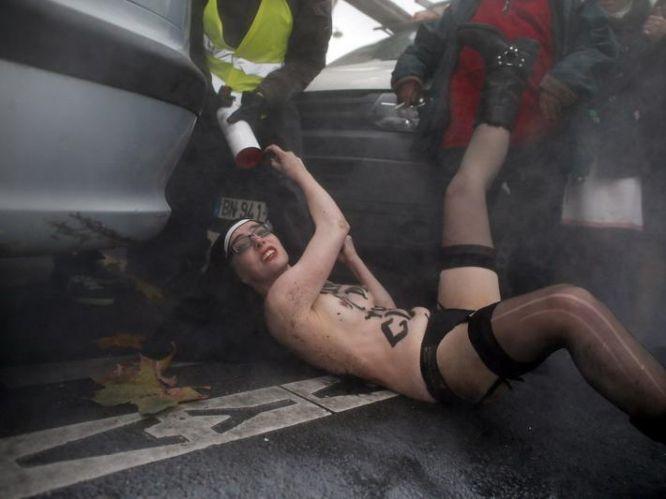 Лишь применение полицейскими слезоточивого газа помогло остановить избиение девушек членами като